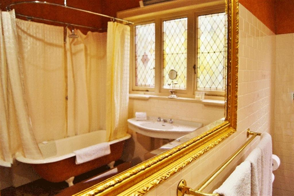 Buxton Manor - North Adelaide - Bathroom & Toilet