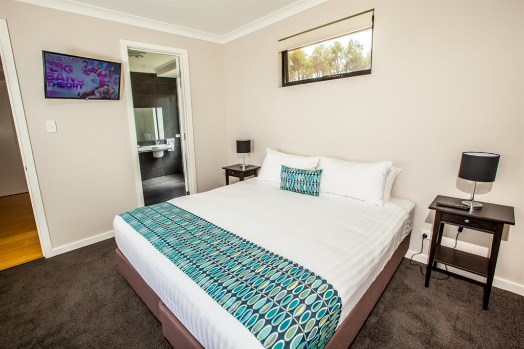 Neagles Retreat Villas - Clare Valley - Bedroom with King beds or optional single beds