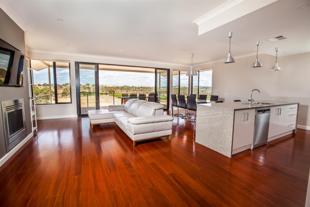 Neagles Retreat Villas - Clare Valley - Open living, dining and kitchen area