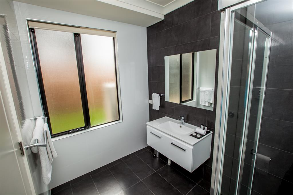 Neagles Retreat Villas - Clare Valley - Ensuite with large shower area