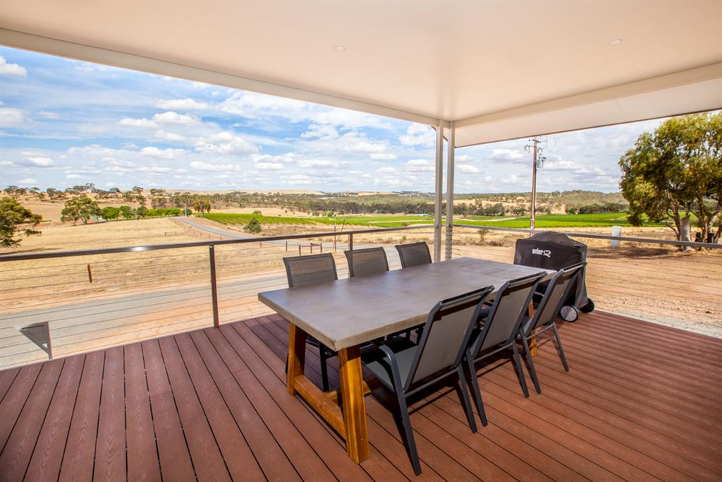 Neagles Retreat Villas - Clare Valley - Outdoor dining area with BBQ