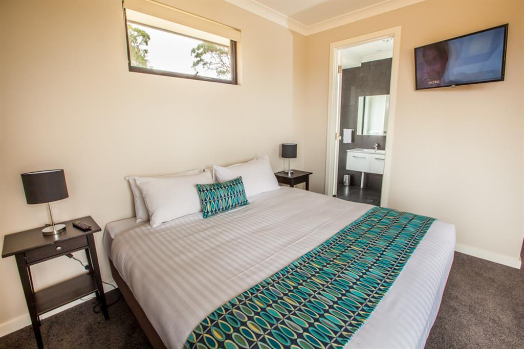 Neagles Retreat Villas - Clare Valley - Bedroom with ensuite