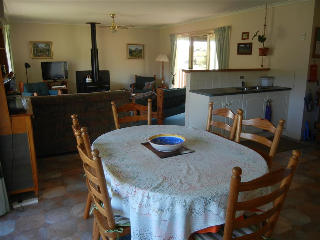 Taralee Orchards - Interior of Ruby Cottage, from kitchen to lounge